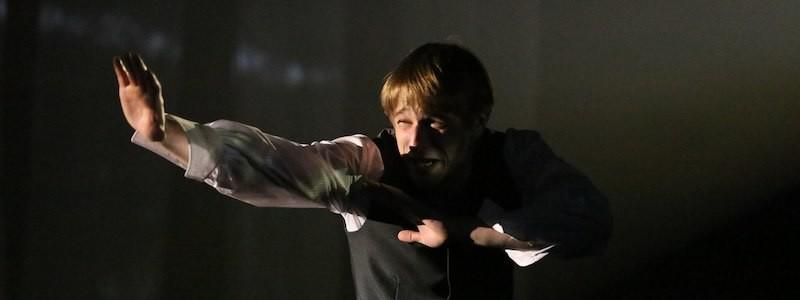 Рецензия на спектакль «Записки юного врача», театр «Мастерская». Каждому зрителю — скальпель в руки