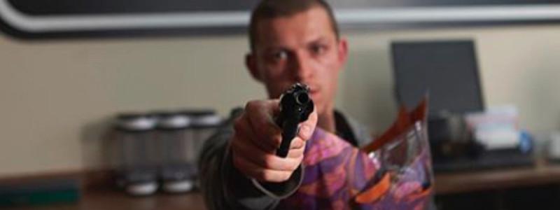 Мрачный Том Холланд на новых постерах фильма «Черри»
