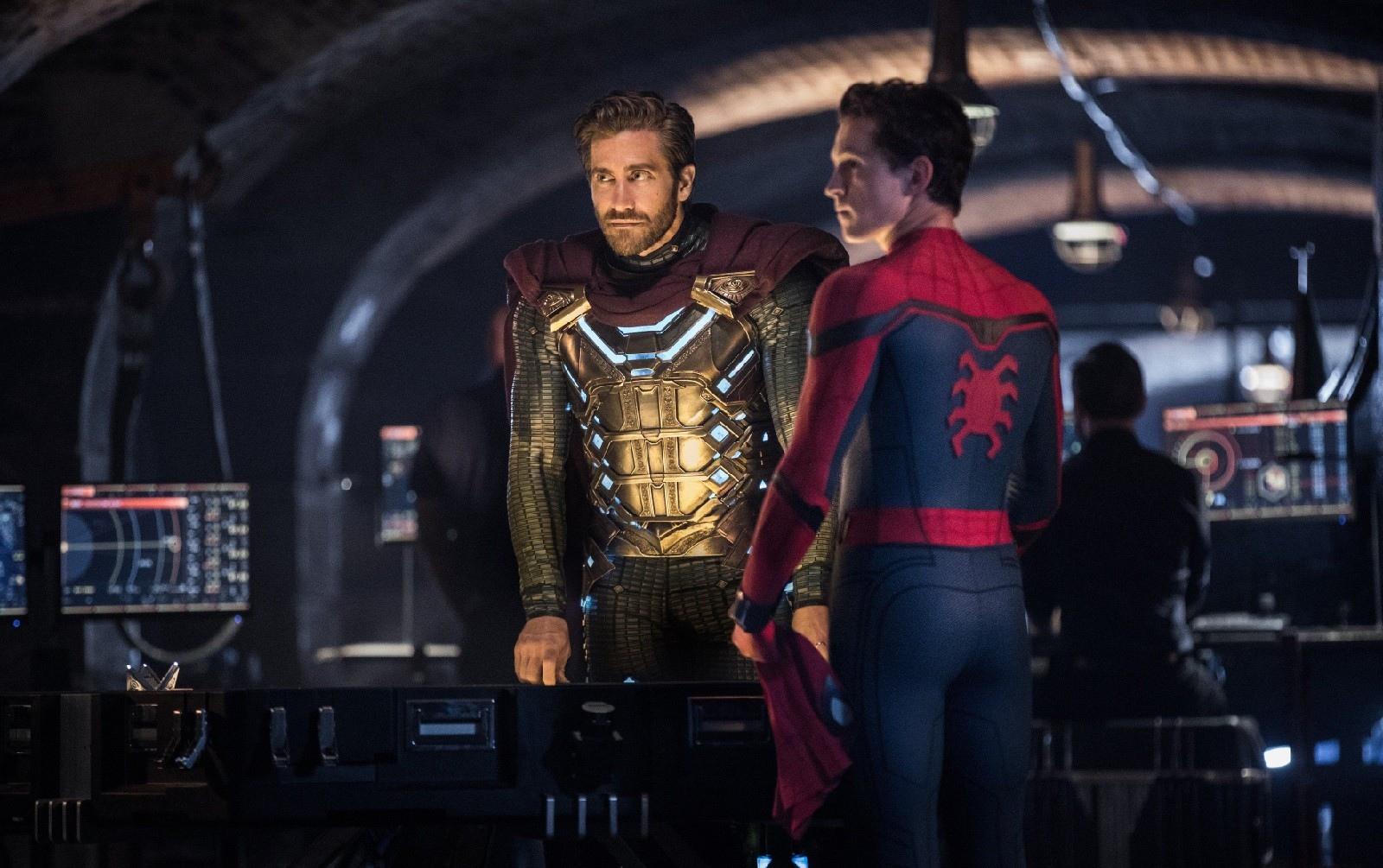 Мистерио знает, что Человек-паук - это Питер Паркер во «Вдали от дома»
