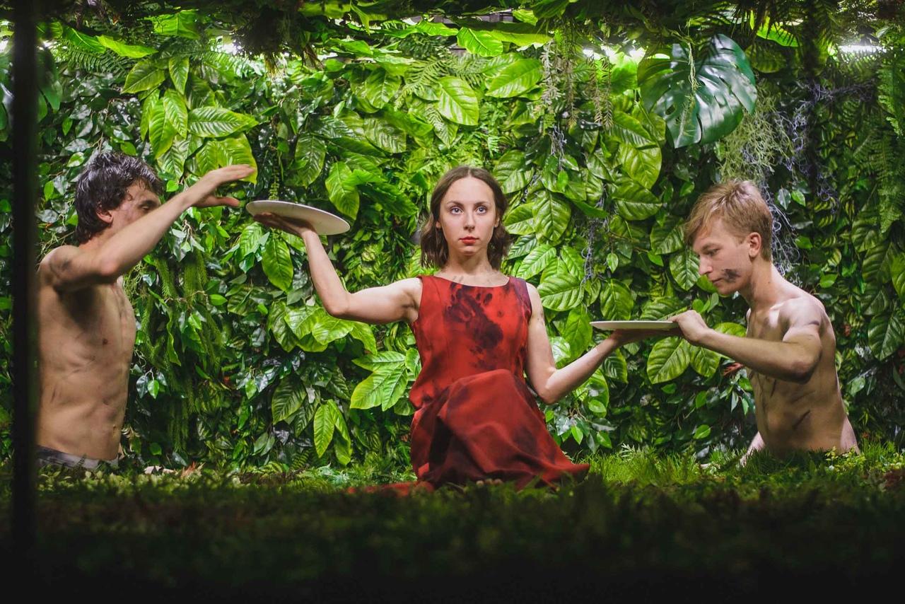 Рецензия на спектакль «Сад наслаждений», Karlsson Haus. Садовый инструмент