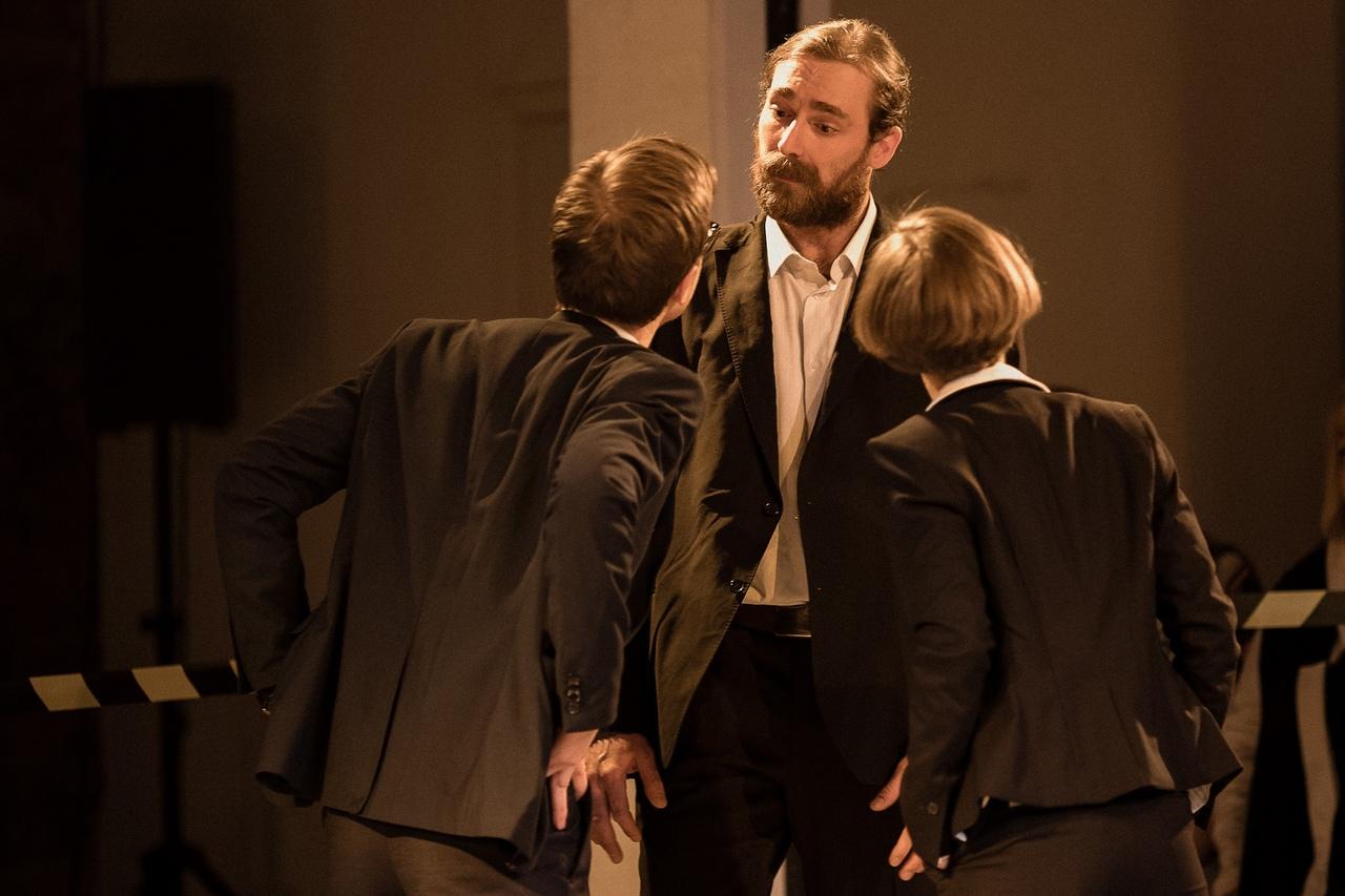 Рецензия на спектакль «Бык», Такой театр. Трудность перевода