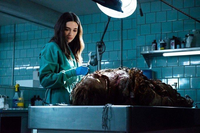 Новые кадры сериала «Болотная тварь» показали монстра и людей