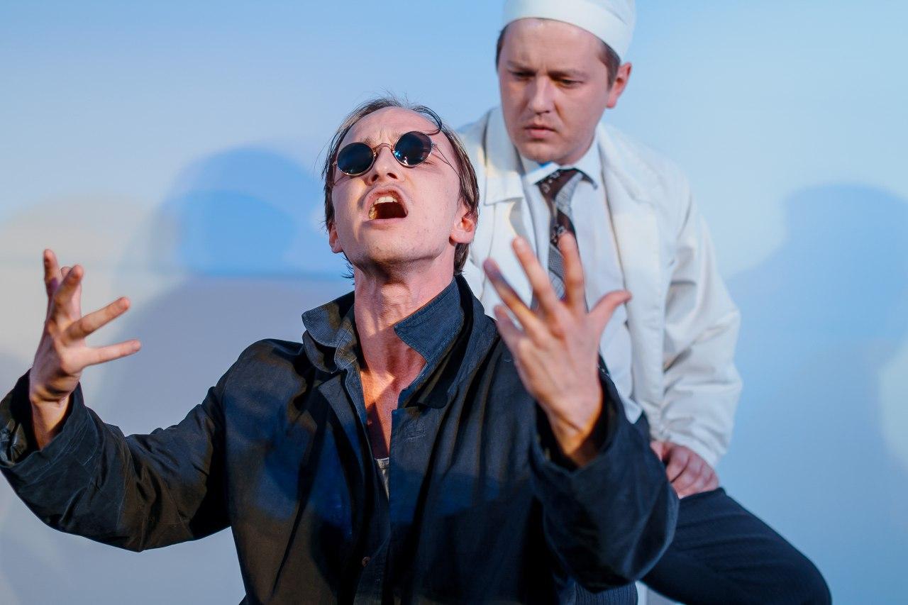 Рецензия на спектакль «Вальпургиева ночь», театр МОСТ. Живём в белой горячке