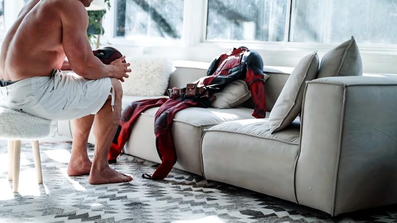 Райан Рейнольдс не может влезть в костюм Дэдпула в новом промо «Главного героя»